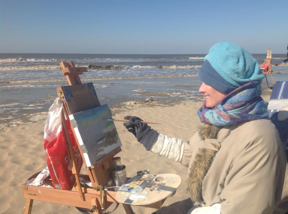 Helena Stroo tijdens de workshop door Roos Schuring op strand Katwijk